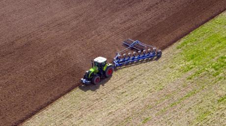 Weil ein belgischer Bauer mit seinem Traktor an einer Engstelle scheiterte, griff er zu unkonventionellen Maßnahmen.