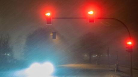 Dichtes Schneetreiben bei Detmold. Behörden hatten appelliert, dass Autofahrer, wenn überhaupt nötig, nur mit vollem Tank, Winterreifen und Decken zum Wärmen loszufahren sollten.