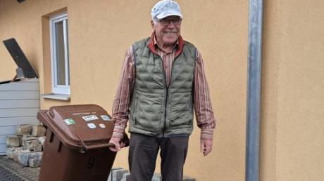 Knut Stieglbauer möchte sicherstellen, dass seine braune Tonne auch vollständig geleert wird, wenn es richtig kalt ist. Sie ist in der Mülltonnenbox an der Garagenwand, links hinten im Bild untergestellt.