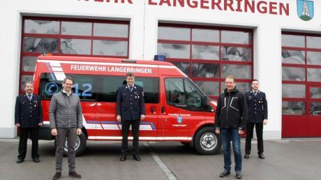 Über das neue Mehrzweckfahrzeug der Langerringer Feuerwehr freuen sich: (von links) Karl Reute, Bürgermeister Marcus Knoll, Thomas Vogt, Alois Renner Fa. Metallbau Renner und Tobias Wiedl.