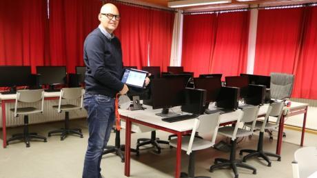 Marc Pyka zeigt den Computerraum der Mittelschule Sielenbach. Alle PCs dort sind über das hauseigene Netzwerk mit den iPads und den Notebooks der Lehrer verbunden.