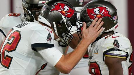 Quarterback Tom Brady (links) von den Tampa Bay Buccaneers jubelt mit seinem Teamkollegen Leonard Fournette über einen Touchdown.