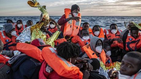 Das schlechte Gewissen der europäischen Wohlstandsgesellschaften: Migranten aus Afrika auf einem überfüllten Schlauchboot vor der libyschen Küste.