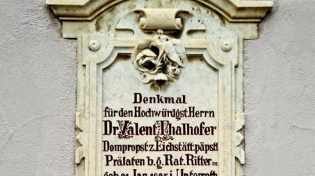 """Das Grabdenkmal für Valentin Thalhofer ist an der Kirchenmauer in Unterroth angebracht. Der Geistliche schrieb ein Buch über eine vermeintliche """"Gefahr"""" aus dem Volk."""