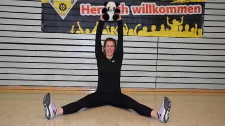 Herzlich willkommen! Jennifer Grußler turnt beim TSV Gersthofen online mit Kindern ab drei Jahren. Ein Kuscheltier gehört als Trainingspartner dazu.