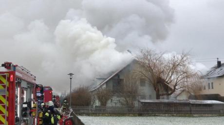 In Auchsesheim brennt ein Wohnhaus, die Feuerwehr ist im Einsatz.
