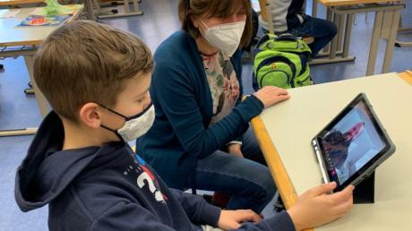 Beim Digitalunterricht an der Steppacher Grundschule kommen für  die Kinder in der Notbetreuung die neuen Tablets zum Einsatz.