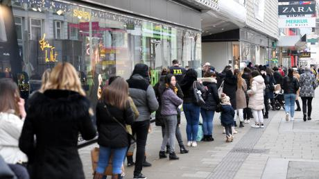 Kaum hatten die Geschäfte in Österreich wieder geöffnet, bildeten sich lange Schlangen, wie hier in der Mariahilfer Straße in Wien.
