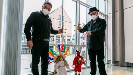 Während Reinhold Dempf (links) und Oliver Reiser auf den Kol-La-Faschingssitzungen Engel und Teufel abgeben, sind es im ausgefallenen Fasching im Corona-Jahr Marionetten.