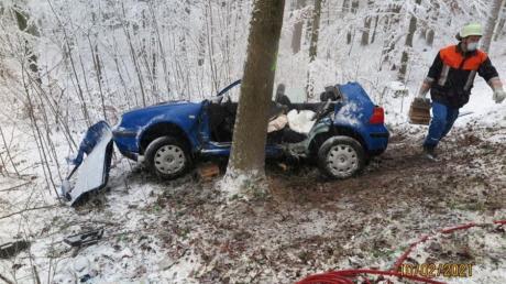 Zwischen Mickhausen und Langenneufnach ist ein Auto auf schneeglatter Straße von der Fahrbahn abgekommen und gegen einen Baum geprallt. Die Feuerwehr musste den Fahrer aus dem Auto befreien und hierfür das Dach abschneiden.