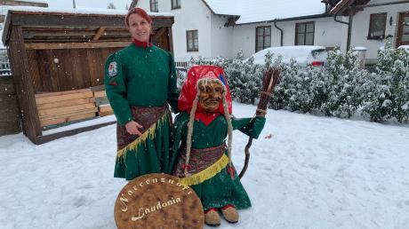 Michaela Roth ist seit letzter Saison Zunftmeisterin der Lauinger Hexen. Wer die anderen Narren nicht treffen darf, wird eben erfinderisch: Roth hat einfach aus einem Schneemann eine Hexenkollegin gemacht.