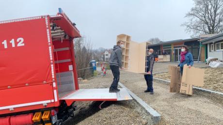Die Kommandanten der Freiwilligen Feuerwehr Bonstetten, Dominik Miller und Christian Deil, packen mit an. Kita-Leiterin Christine Long-Wieland hat alles fest im Blick.