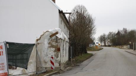 Dieser Mauerrest, der nach einem Abbruch des Gebäudes direkt an der Staatsstraße in Tödtenried steht, behindert die Sicht der Autofahrer.