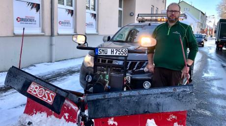 Für ein Foto verlässt der Winterdienstler Mario Hochherz sein warmes Räumfahrzeug kurz.