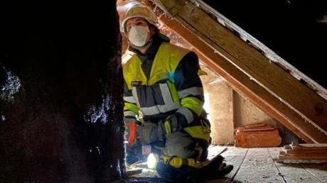 Das Innere eines Kamins war in Pöttmes in Brand geraten. Die Feuerwehr kontrollierte das gesamte Gebäude mittels Wärmebildkamera und überwachte das kontrollierte Ausbrennen des Kamins.