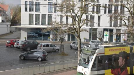 Der Platz vor dem neuen Grünen Kranz in Lechhausen soll neu gestaltet werden, doch das könnte noch dauern. Derweil wird er als Parkplatz genutzt.