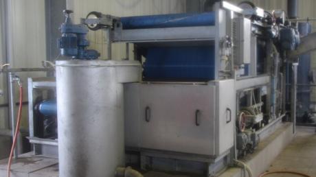 Mit einer Presse soll der Klärschlamm von der Flüssigkeit befreit und anschließend verbrannt werden. In Wertingen ist eine solche Presse bereits in Betrieb, sie soll durch ein neues, leistungsfähigeres Gerät ersetzt werden.