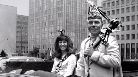 Das Ulmer Prinzenpaar im September 1971 bei der Fahrt durch Torontos Häuserschluchten.