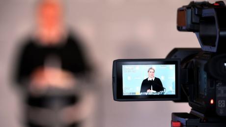Augsburgs Oberbürgermeisterin Eva Weber (CSU) bei einer im Internet übertragenen Pressekonferenz.