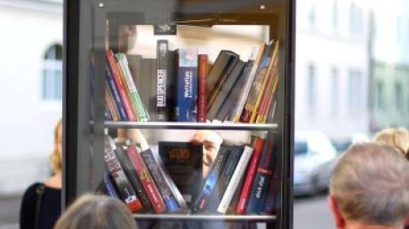 Beispielsweise in Neu-Ulm gibt es schon einen Bücherschrank für alle.