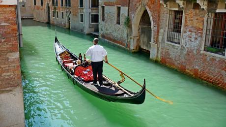 Für manchen der Traum eines Antrags: romantisch bei einer Gondelfahrt in Venedig.