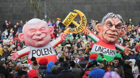 So sahen es die Narren in Düsseldorf auf dem Rosenmontagsumzug 2018: Jaroslaw Kaczynski, vereint mit Viktor Orbán auf dem Weg in eine rechte Diktatur.