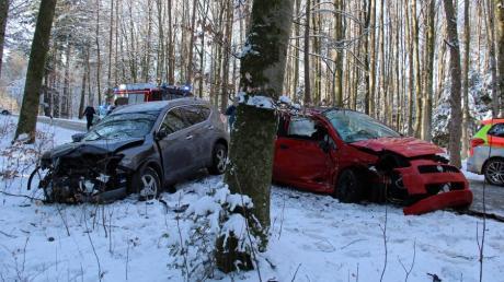 Nach der Kollision bei Weißenhorn blieben die beschädigten Autos am angrenzenden Waldrand liegen.