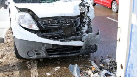 Bei einem Auffahrunfall bei Wallerstein werden zwei Fahrzeuge beschädigt.