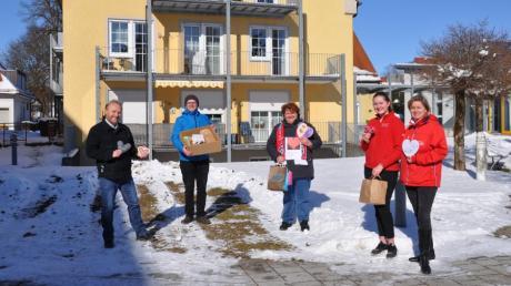 Sie freuen sich über die Herzen und Segenskarten (von links): Christian Schöning, Daniel Kunert, Ulrike Möst, Victoria Bolkart und Silke Bolkart.