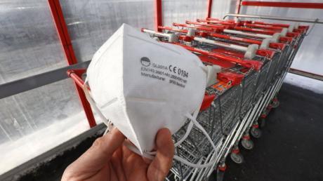 In Supermärkte darf man nur mit einer FFP2-Maske. Selbst Menschen, die ein Attest haben, dürfen oft nicht einfach zum Einkaufen.
