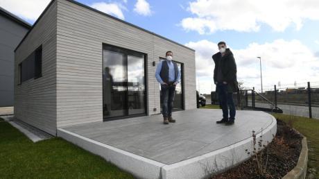 Thomas Schäfer (links) und Manuel Kirchner haben sich mit dem Verkauf von Mini-Häusern ein neues Standbein geschaffen.