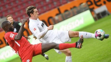 Michael Gregoritsch (rechts) kam zuletzt selten beim FC Augsburg zum Einsatz. Gegen Würzburg wird er im Testspiel wohl auflaufen.