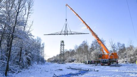 Im Rahmen der Arbeiten in Kissing hat die LVN zwei alte Masten abgebaut, die für die neue Verbindung nicht mehr benötigt werden.