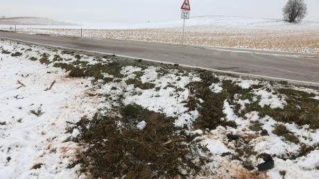 Die Unfallstelle zwischen Taiting und Obergriesbach. Ein 41-Jähriger kam mit seinem Ford Mustang von der Straße ab, überschlug sich und stach in einem Acker ein. Dabei wurde der Mann leicht verletzt.