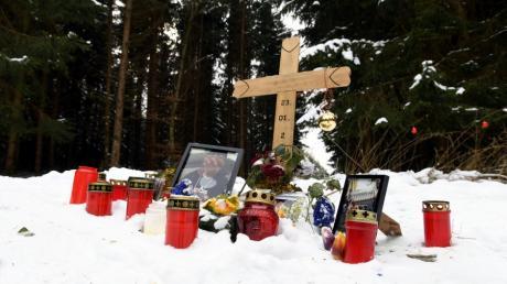 Im Wald bei Leitershofen ist ein 22-Jähriger gestorben. Spaziergänger fanden den jungen Mann leblos auf.