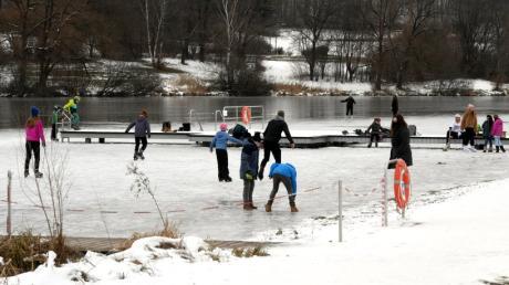 Zahlreiche Eisläufer ziehen  auf dem zugefrorenen Rothsee ihre Bahnen. Das ist laut Wasserwacht alles andere als ungefährlich.