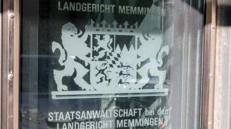 Eine 27-Jährige steht wegen versuchten Totschlags vor dem Landgericht Memmingen.