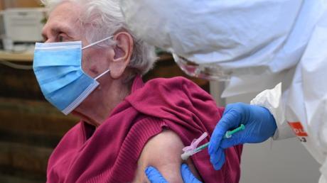Im Landkreis wurden Senioren positiv auf Corona getestet, die bereits vollständig geimpft waren. Das ist kein Widerspruch, sagt das Gesundheitsamt.