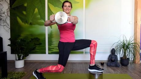 Mit Kochtöpfen serviert Sandra Wille, Inhaberin des Fitnessstudios Bewegungswille, Kettlebell-Übungen auf eine etwas andere Art.