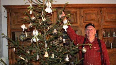 Hermann Kraus kann es nicht fassen: Sein Christbaum blüht. Die hellgrünen jungen Triebe sind schon einige Zentimeter lang, obwohl der Baum ohne Wurzeln nur im Wasser steht.