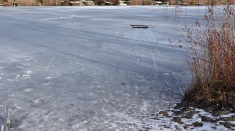 Auf einem zugefrorenen Gewässer bei Genderkingen ist ein Reh eingebrochen.