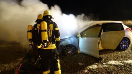 Ein Auto brannte am späten Dienstagabend auf dem großen Airbus-Parkplatz in Donauwörth. Die Feuerwehr löschte die Flammen.