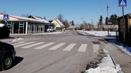 Derzeit wird geprüft, ob der Fußgängerüberweg in der Kanalstraße in Mering durch eine Querungshilfe ersetzt und somit sicherer werden könnte.