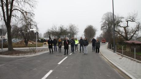 """Ein Foto von der """"Wiedereröffnung"""": Erst seit Ende November vergangenen Jahres ist die Blumenthaler Straße in Klingen fertig. Wegen eines Reifenplatzers hat der Asphalt nun tiefe Furchen bekommen."""