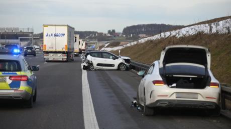 Auf der A8 bei Merklingen ist eine 23-Jährige bei einem Unfall schwer verletzt worden.