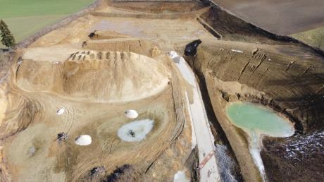 Die Sandgrube der Firma Leitenmaier in Miedering ist hier im Überblick von Westen her zu sehen.