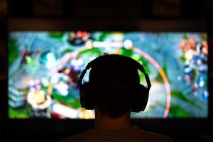 Mit Kopfhörer in einer eigenen Welt, das typische und an sich nicht problematische Bild des Gamers.