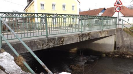 Die Brücke über die Neufnach in der Raiffeisenstraße soll saniert werden.