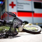 In der Zugspitzstraße in Augsburg Hochzoll ist eine Radfahrerin von einem Lastwagen überrollt worden und gestorben.