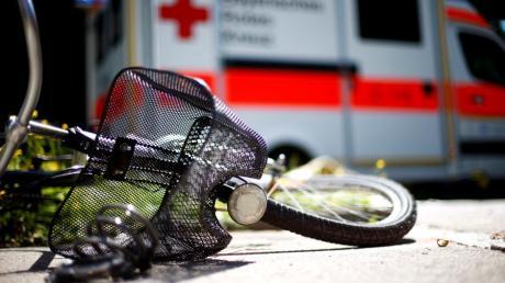 In der Schwabegger Straße zog sich ein Radfahrer bei einem Sturz lebensgefährliche Verletzungen zu.